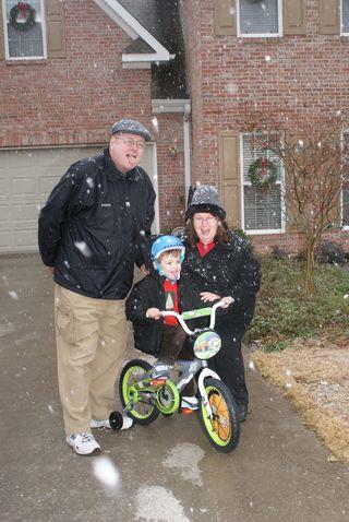 Christmas10_bikesnowmomdad2